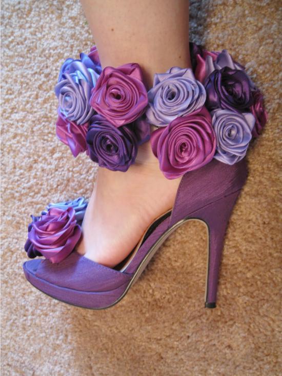 Dekorációs cipő rózsákkal és szalagokkal