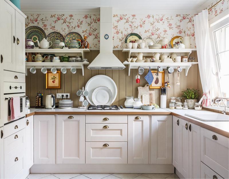 U-alakú elrendezés a konyhában egy magánházban