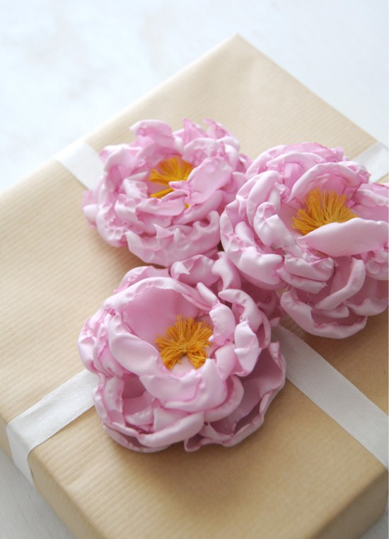 Szövet pünkösdi rózsa ajándékcsomagolásra