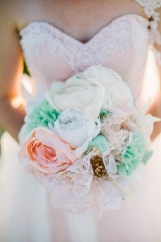 Esküvői csokor pünkösdi rózsa szatén szalagokból