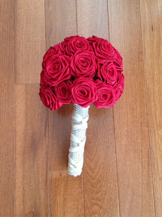 Esküvői csokor rózsák szatén szalagokból