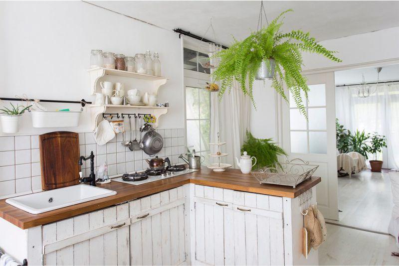 Hvidt køkkenindretning i landet