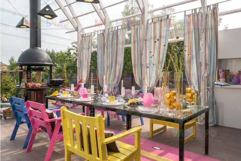 רהיטים מעץ וזכוכית בחדר הפנים של המטבח בקיץ