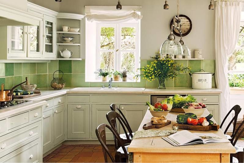 Le tablier de carreaux de céramique dans la cuisine dans le style de la Provence
