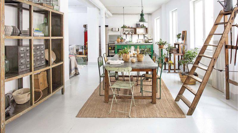 Tapis de sisal à l'intérieur de la cuisine-salle à manger dans un style écologique
