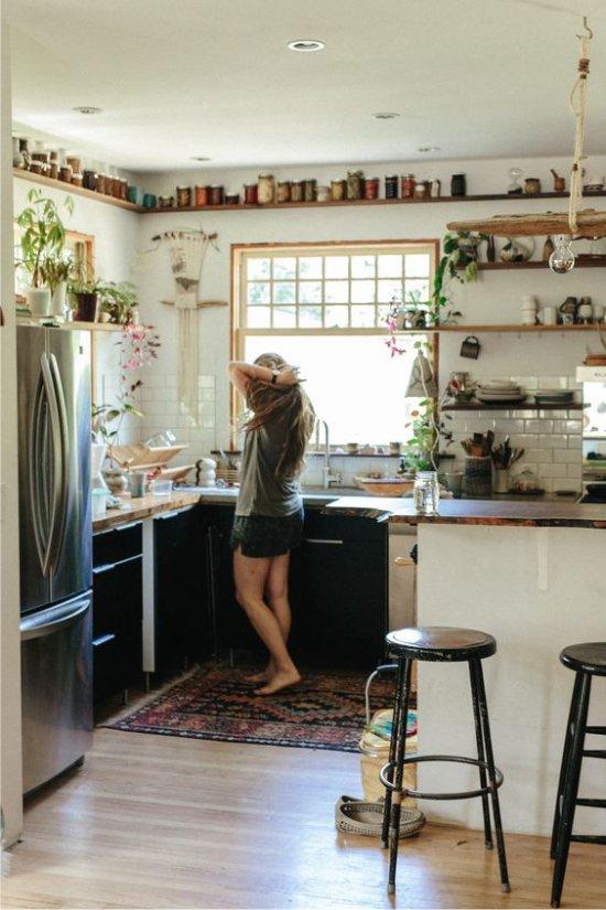 Étagères ouvertes dans la cuisine écologique
