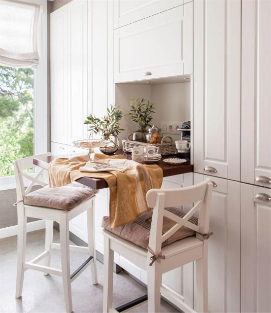 Bárpult egy kis konyhában egy résszel