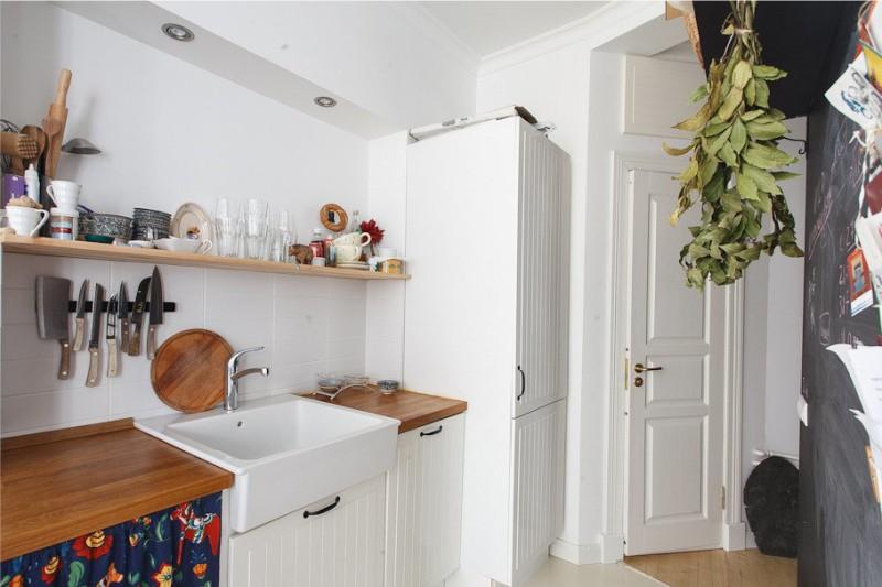 גייזר בפנים המטבח עם קירות לבנים