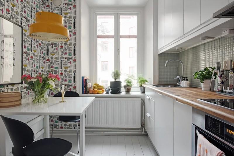 Køkken med tapet på samme væg