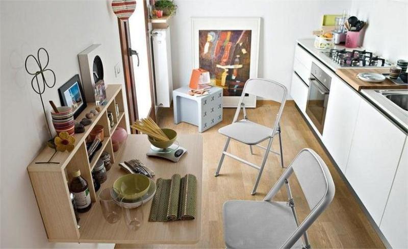 Összecsukható asztal egy kis konyha számára
