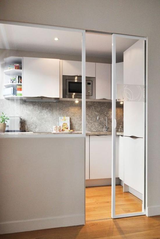 Glasdør i et lille køkken