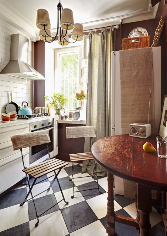 Sammenfoldelige stole i køkkenet