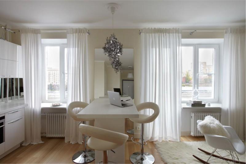 Küçük bir mutfak-oturma odası iç ayna