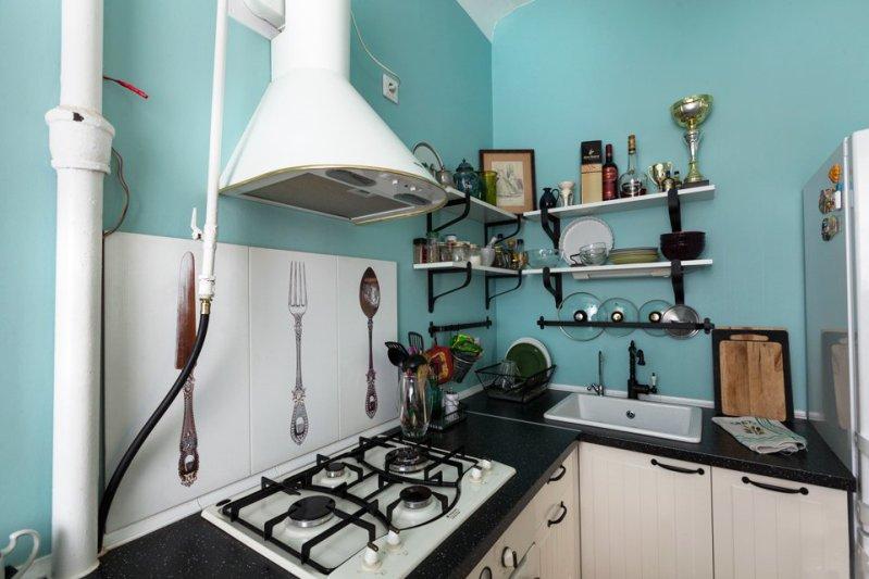 Hjørne køkken med åbne hylder