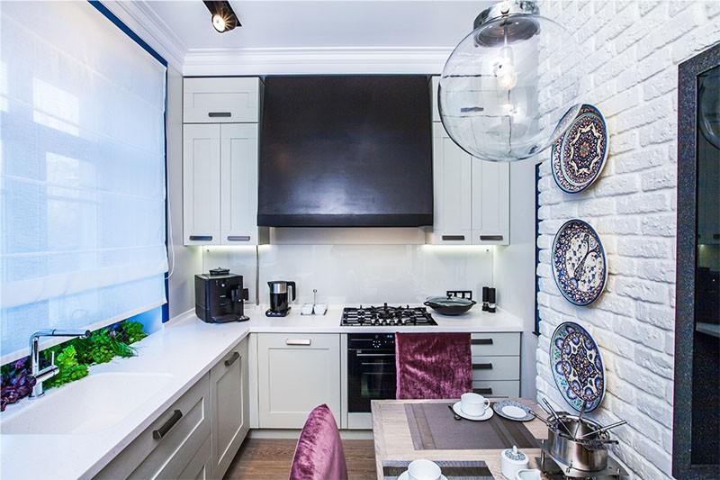 Kjøkkendesign med gasskolonne i falsk hette