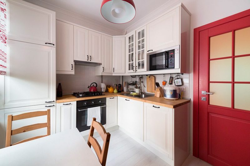Kjøkkendesign med en rød dør i stalinka
