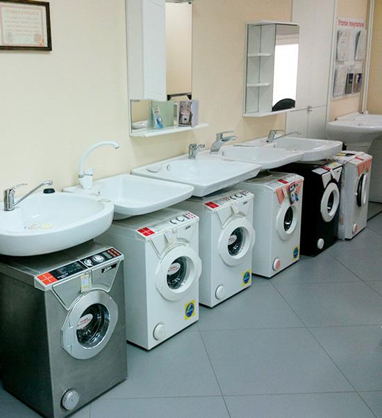Pienet pesukoneet pesualtaan alla