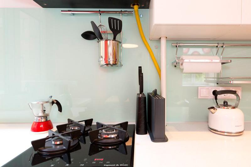 מטבח עם מיני מכשירי חשמל