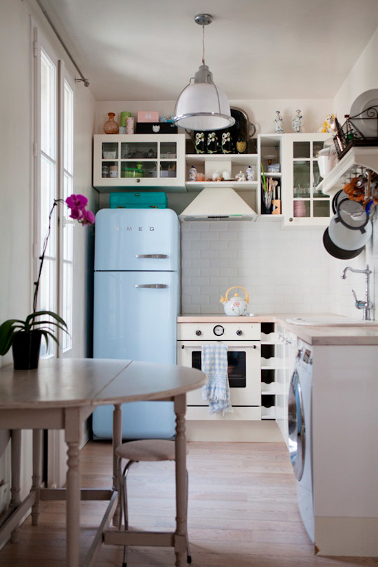 Cuisine avec machine à laver sous le comptoir