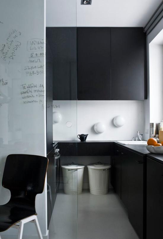 Pieni mustavalkoinen keittiö minimalismin tyyliin