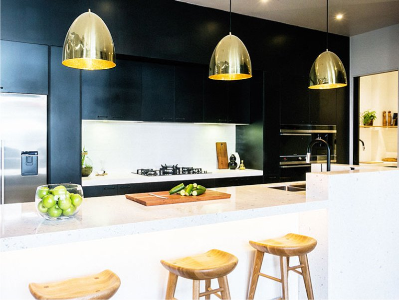 Keittiön sisätiloissa kultaisen valon lamput