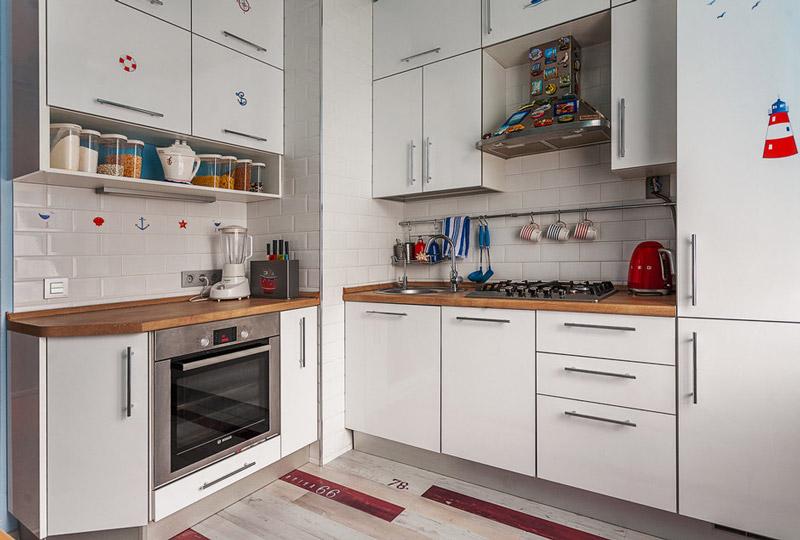 Hjørne kjøkken med skråstilt skap