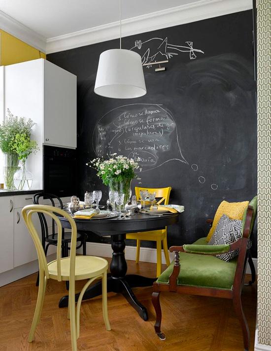 Chaises viennoises dans la cuisine en stalinka