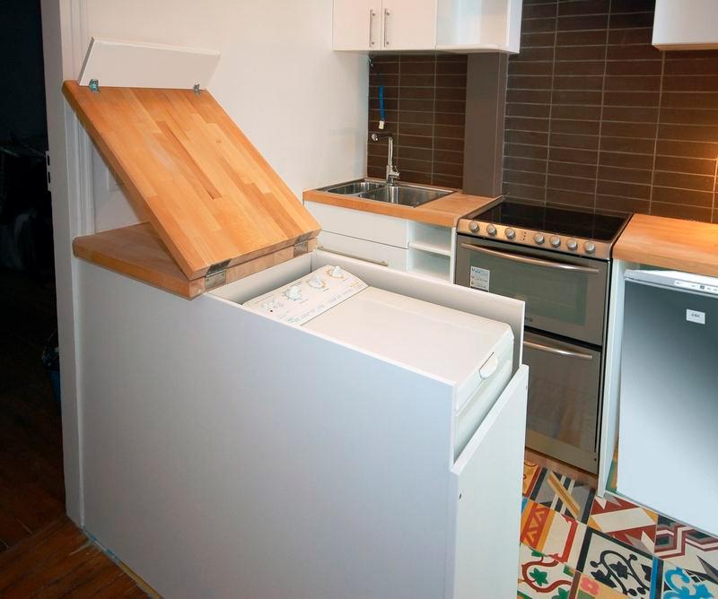 מכונת כביסה אנכית מובנית בתוך דלפק הבר