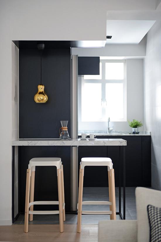 Kultainen lamppu mustavalkoisessa keittiössä