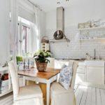Hvide gardiner i det hvide køkkens indre