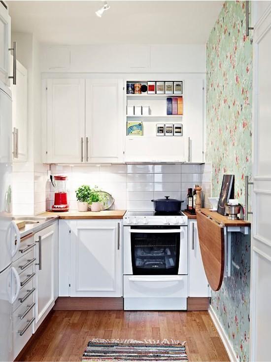 Fehér kötény csempe egy kis konyha belsejében