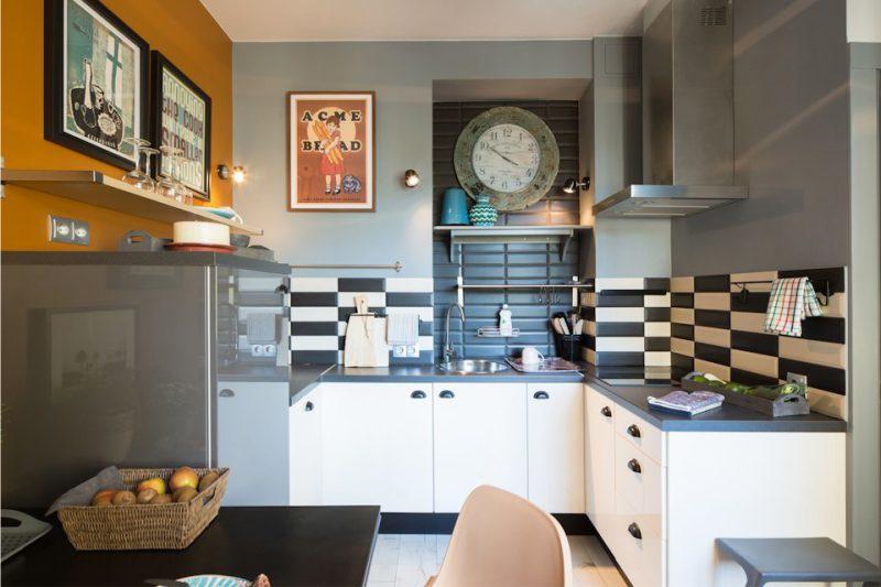 Fekete és fehér kötény a konyhában felső szekrények nélkül