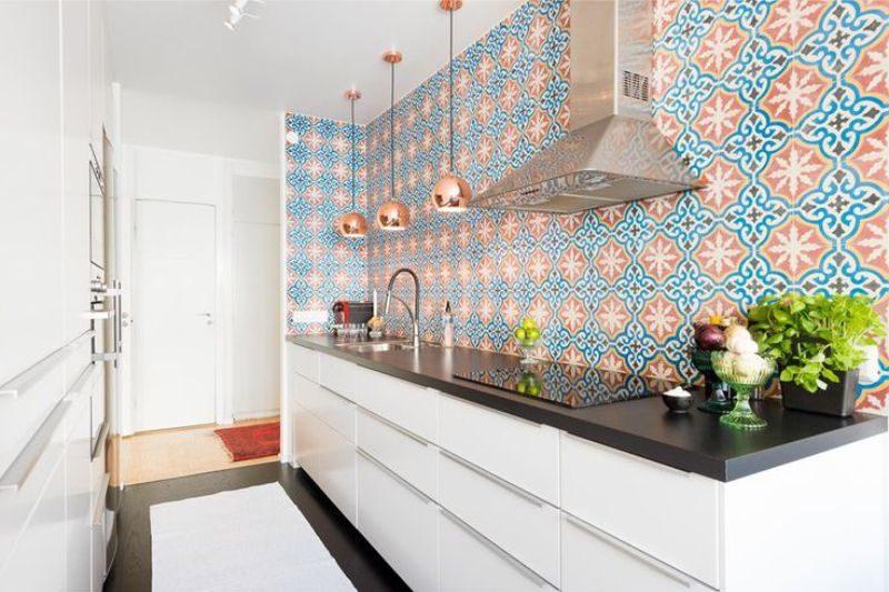 Kötény a mennyezetre a konyhában fali szekrények nélkül