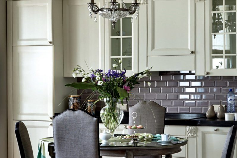 Kötény vad klasszikus stílusban a konyhában