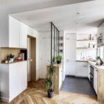 Yhdistetty lattia - laatat parkettia keittiössä yhdistettynä käytävään