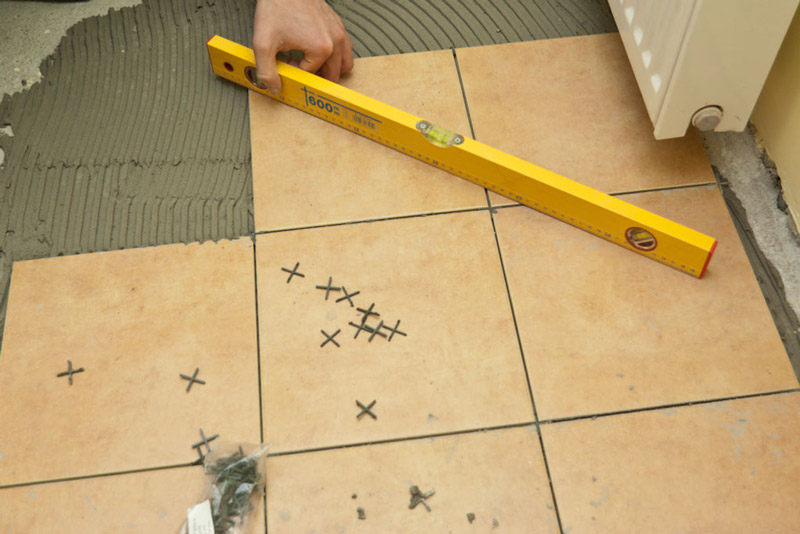 A padlóburkolatok lapossági szabályozása