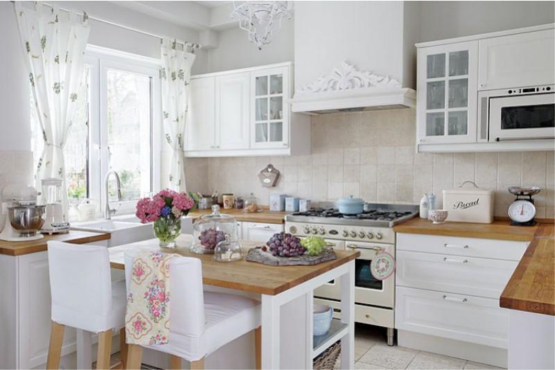 וילונות קצרים במטבח בסגנון פרובאנס