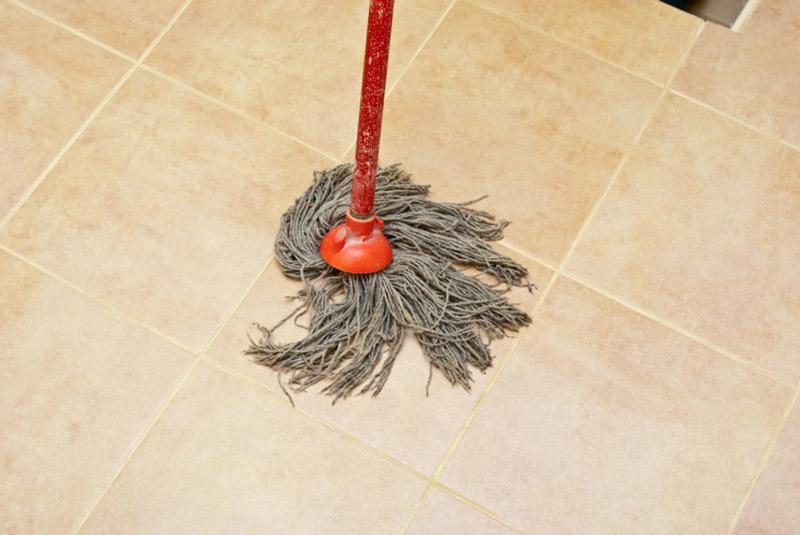 A csempe padló mosása a habarcsmaradékokból
