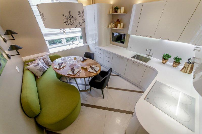 Mukavat suuret laatat keittiön sisätiloissa