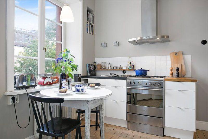 Alacsony kötény a konyhában fali szekrények nélkül