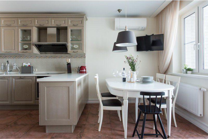 Tilava keittiö, jossa on laattalattia