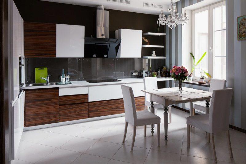Átlátszó üveg kötény a modern konyhában