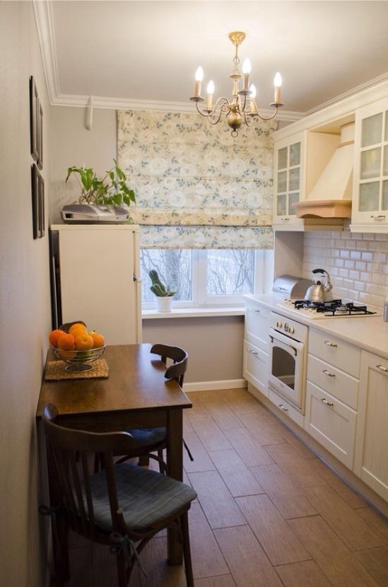 וילונות פרחוניים רומיים במטבח קטן