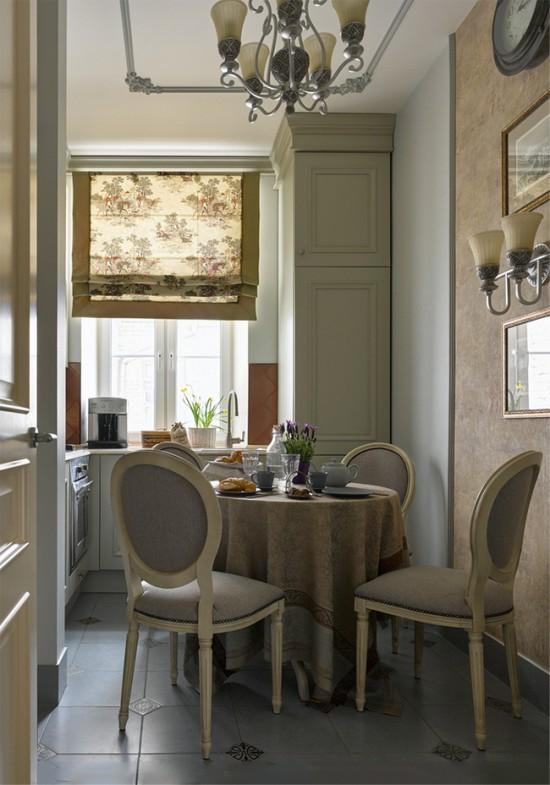 וילונות רומיים בפנים המטבח הקלאסי