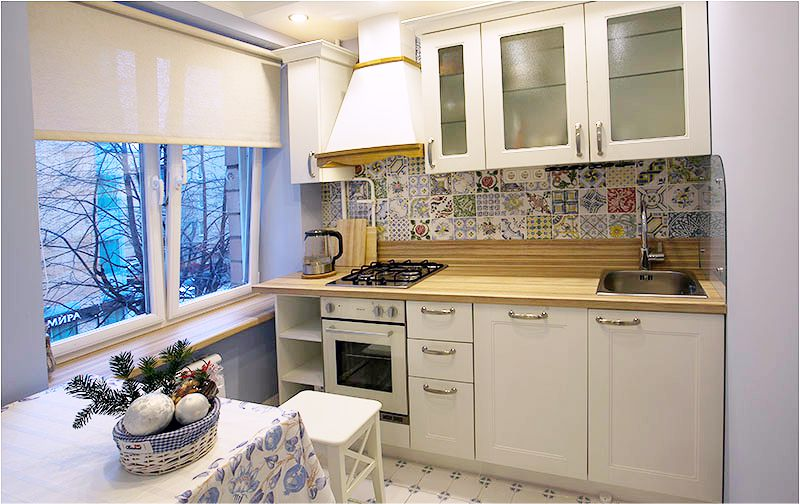 Åbn gardiner på køkkenet inde i vinduesåbningen