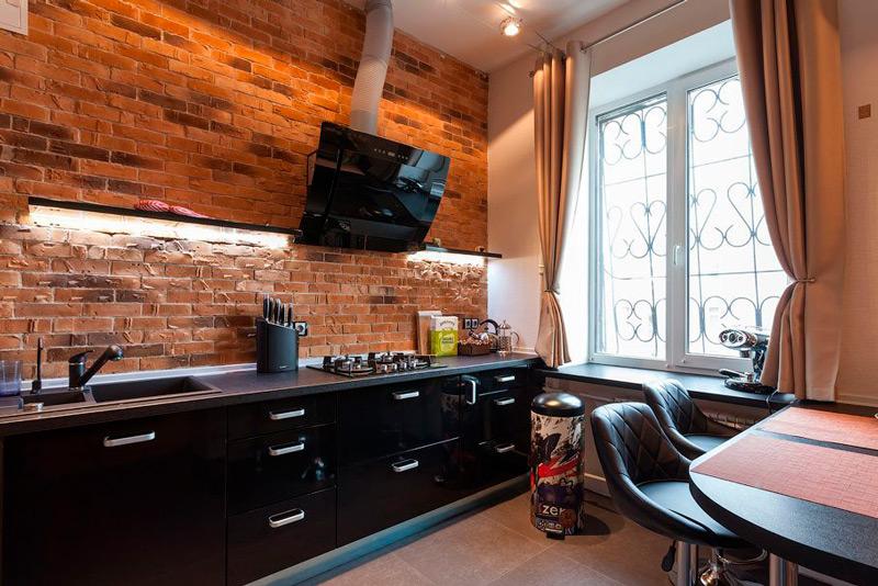 Gardiner med grommets i det indre af et moderne køkken