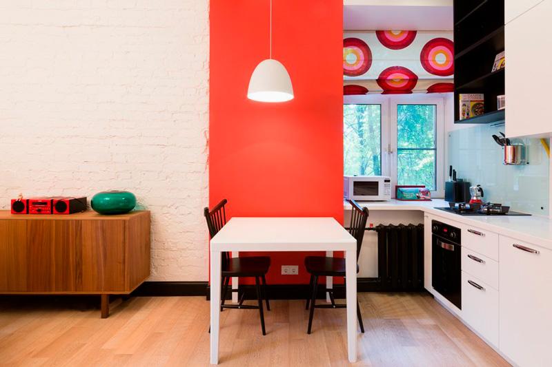Gardiner i det indre af et moderne køkken-stue