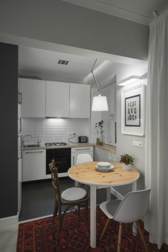 Moderni keittiö, jossa on laattalattia