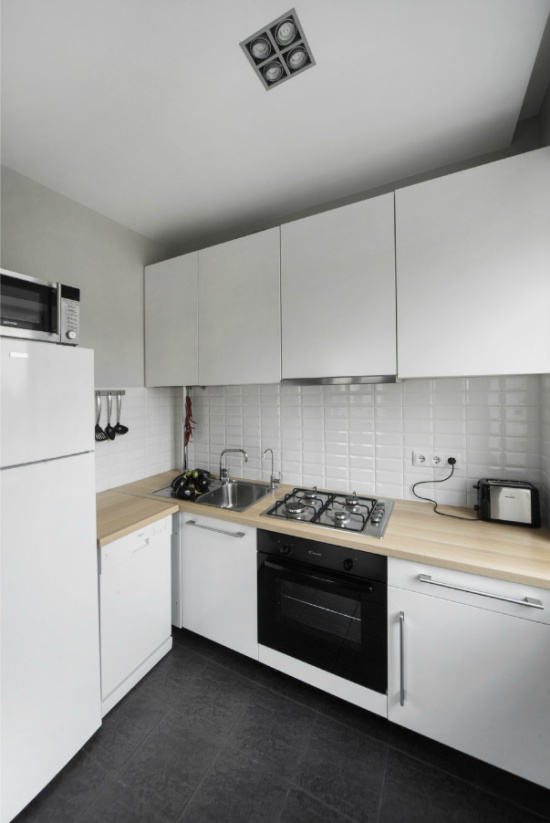 Modern konyha csempézett padlóval