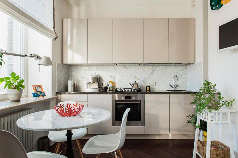 Moderne køkken med romerske persienner